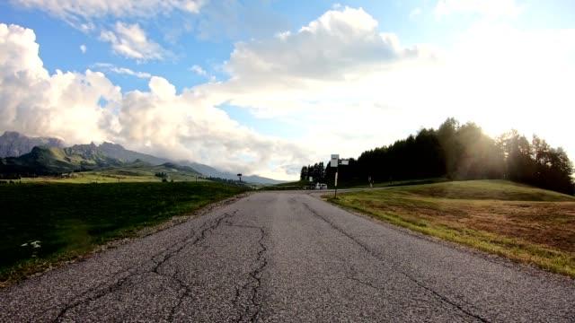 fahren in österreich mitten in den bergen - asphalt stock-videos und b-roll-filmmaterial