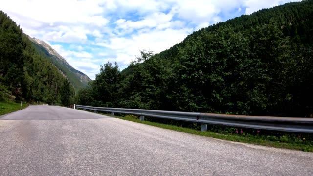 fahren in österreich mitten in den bergen - moving past stock-videos und b-roll-filmmaterial