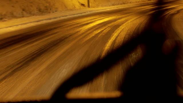 vidéos et rushes de conduite par mauvais temps. glace et neige sur la route - neige fraîche