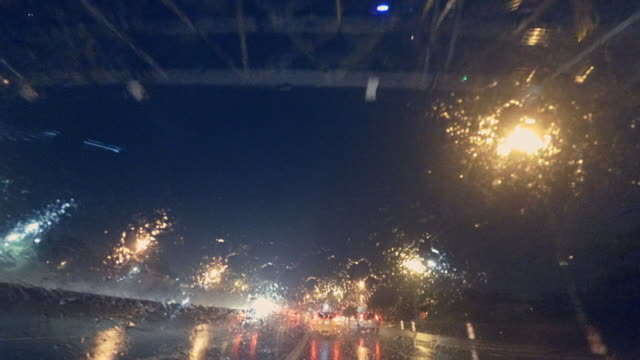 vídeos de stock e filmes b-roll de driving in brooklyn in heavy rain at night - para brisas