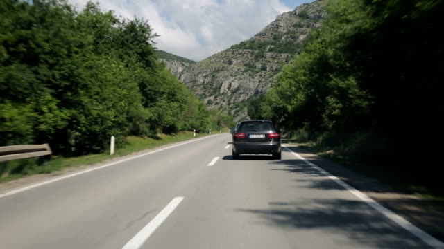 driving in canyon - rimorchiare video stock e b–roll