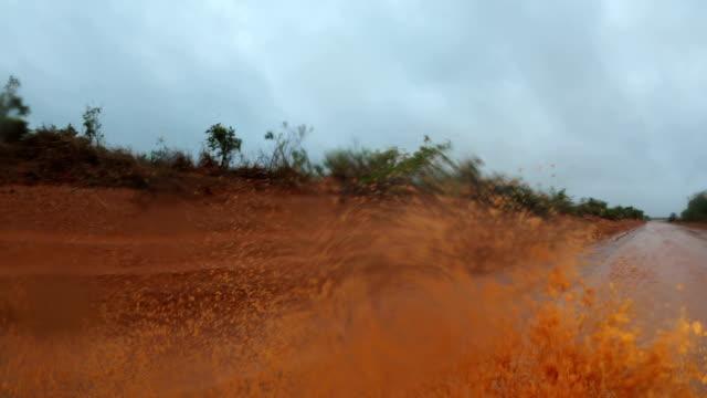 vídeos y material grabado en eventos de stock de driving in flood water as cyclone blake dumps heavy rain in western australia - carretera de tierra