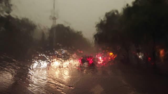 Autofahren in starkem Regen bei Nacht