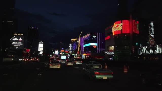 driving in las vegas at night - ハードロックカフェ点の映像素材/bロール