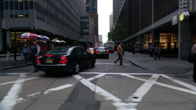 ds driving in midtown manhattan, passing office buildings, a taxi stand, and an intersection in wet weather / new york city, new york, united states - 2007 bildbanksvideor och videomaterial från bakom kulisserna