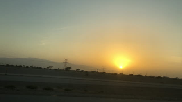 vidéos et rushes de pov conduire à oman au lever du soleil - intérieur de véhicule