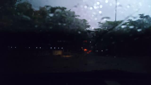 vídeos de stock, filmes e b-roll de dirigindo na chuva à noite câmera lenta pov - smart
