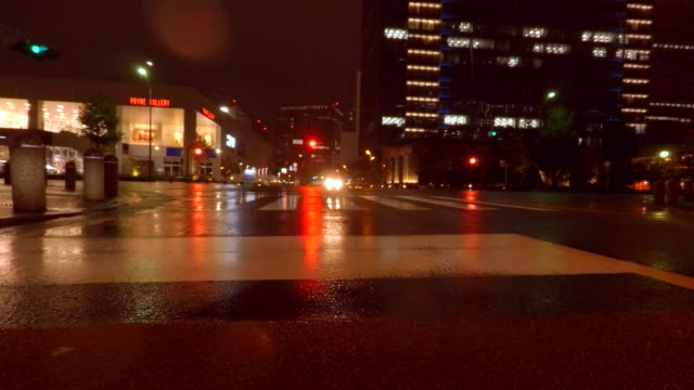 Rijden in regenachtige stad bij nacht-4K-