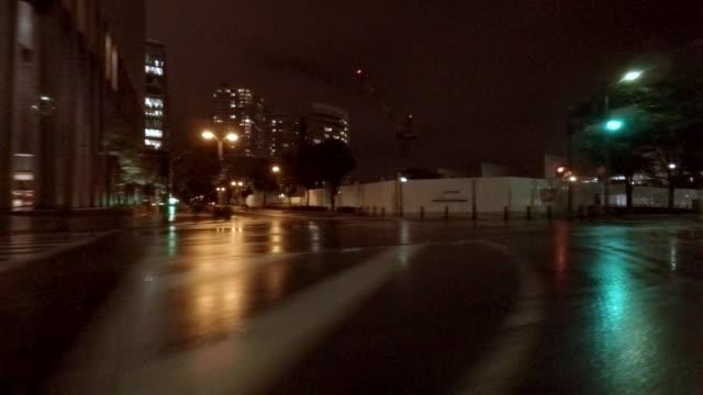 Rijden in regenachtige stad bij nacht - kant uitzicht-4K-
