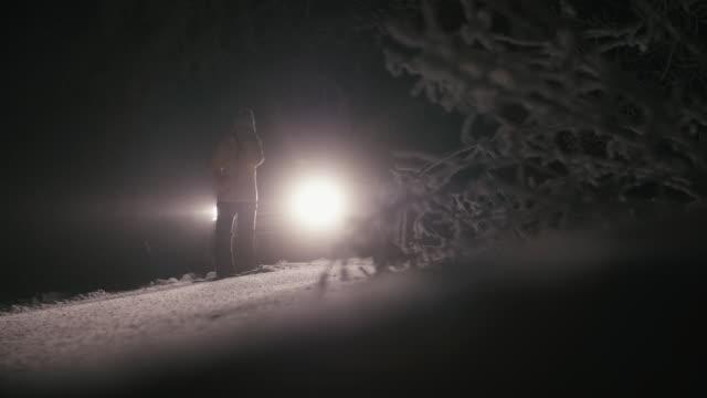 雪の中を運転。道路上の車の休憩。悪天候のどこにもないところで車の問題。自動車保険。道路上の一人の女性。 - winter点の映像素材/bロール