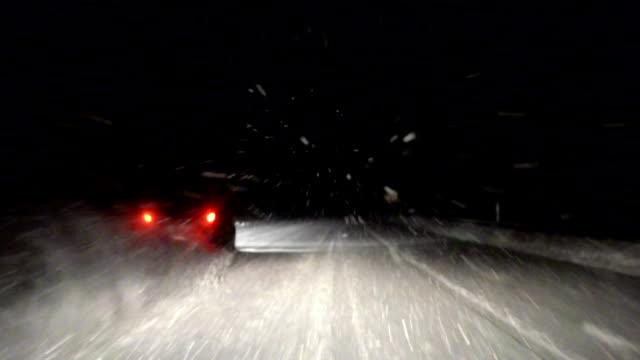 stockvideo's en b-roll-footage met driving in snowstorm - tegenspoed