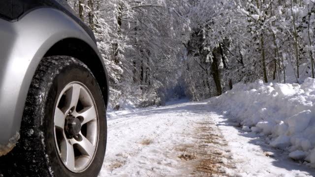 fahren im verschneiten winterwald - ländliche straße stock-videos und b-roll-filmmaterial