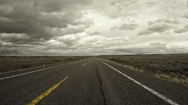 fahren in der wüste arizona zum großen canyon - tafelberg felsformation stock-videos und b-roll-filmmaterial