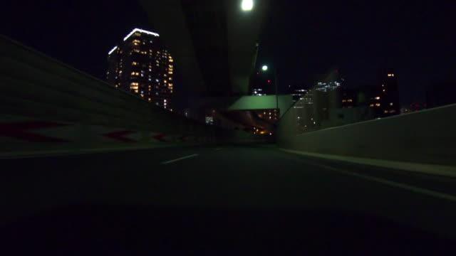vídeos y material grabado en eventos de stock de conducir en la ciudad por la noche / vista trasera - detrás