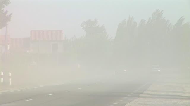 vídeos y material grabado en eventos de stock de hd: conducción en el polvo - vendaval de polvo