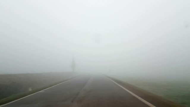 """driving in the fog""  - nebel stock-videos und b-roll-filmmaterial"