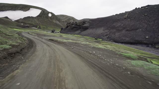 vídeos de stock, filmes e b-roll de driving in the mountains of iceland - islândia central
