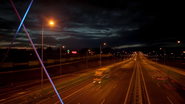 vídeos de stock e filmes b-roll de driving in the night - marca de estrada