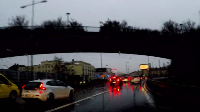 vidéos et rushes de driving in the rain at night and down into a traffic tunnel, munich, germany - tunnel