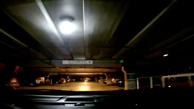 vídeos y material grabado en eventos de stock de conducir en la lluvia de la calle para estacionamiento - aparcar