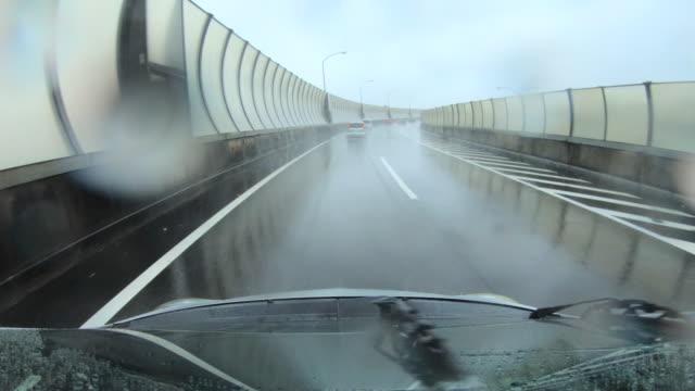 vidéos et rushes de conduite sous la pluie - pare brise