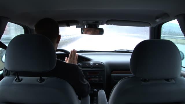 hd: fahren im regen - radiogerät stock-videos und b-roll-filmmaterial