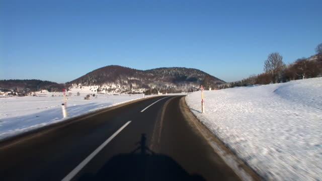 vídeos de stock, filmes e b-roll de hd: dirigindo no inverno - ponto de vista de câmera
