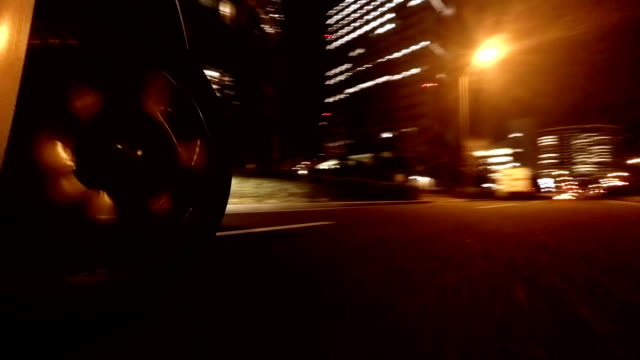 Fahren in der Stadt bei Nacht