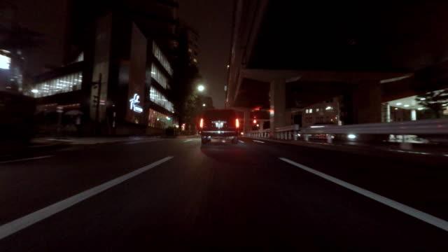 Rijden in de stad op een regenachtige avond -4 K-