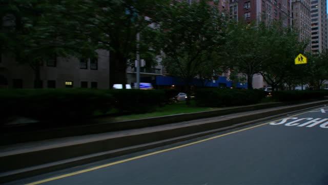 vídeos y material grabado en eventos de stock de ds driving in traffic on park avenue past mid-rise buildings / new york city, new york, united states - pasear en coche sin destino