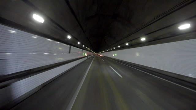 vidéos et rushes de la conduite dans le tunnel -aqua-line- à 4 k - tunnel