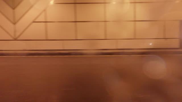 fahren sie im tunnel -side blick – 4 k - nah stock-videos und b-roll-filmmaterial