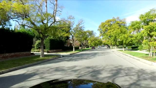 vídeos de stock, filmes e b-roll de dirigindo em los angeles - distrito residencial