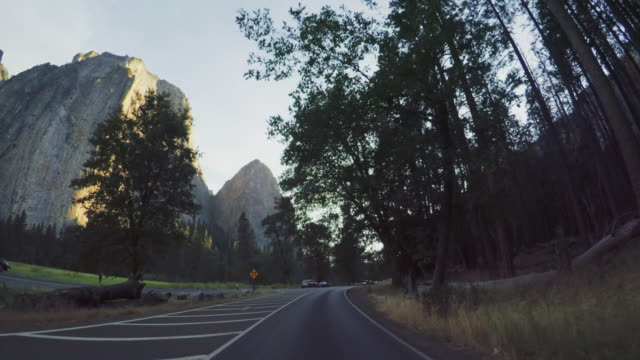 pov fahren im yosemite nationalpark, kalifornien - yosemite national park stock-videos und b-roll-filmmaterial