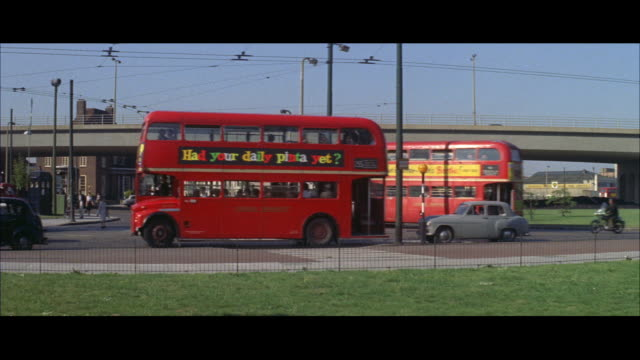 1962 - driving into london - autobus a due piani video stock e b–roll