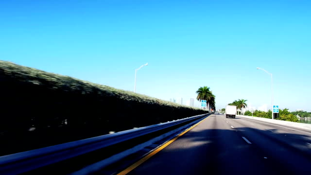 stockvideo's en b-roll-footage met driving mac arthur causeway from beach to miami - macarthur causeway bridge
