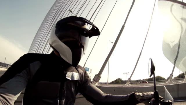 Fahren Sie mit dem Motorrad