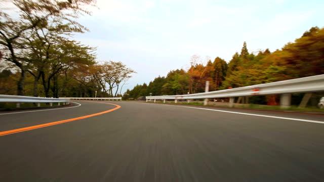 vídeos de stock, filmes e b-roll de dirigindo estrada de montanha, vista traseira - plusphoto
