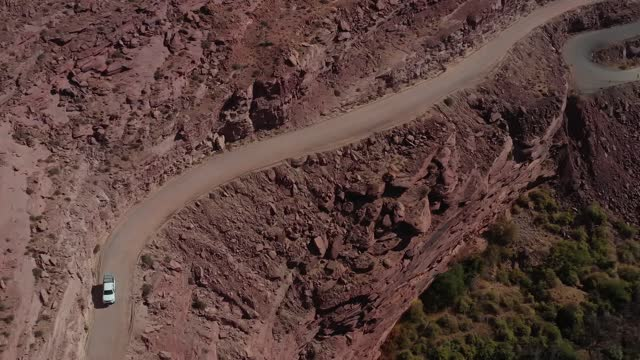 赤い砂利道でモアブユタ州の道路アドベンチャートラックを運転 - 散歩道点の映像素材/bロール