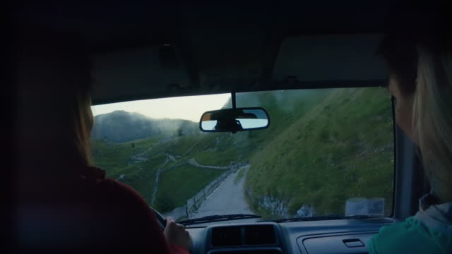 vídeos de stock e filmes b-roll de driving offroad on the dolomites: group of women together - carro 4x4