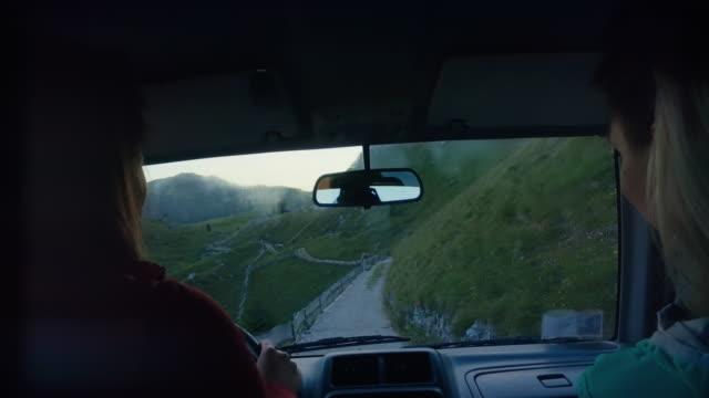 vídeos y material grabado en eventos de stock de conducción offroad en los dolomitas: grupo de mujeres juntas - vehículo de todo terreno