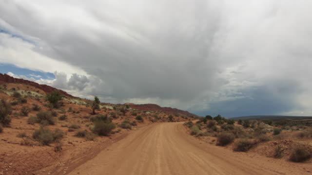 vídeos y material grabado en eventos de stock de pov de conducción offroad - vendaval de polvo