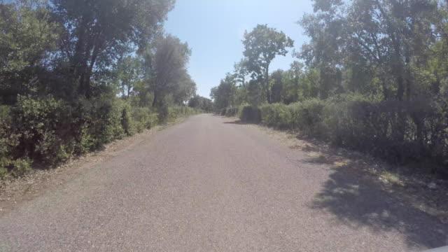vidéos et rushes de pov driving on a countryside road - route sinueuse