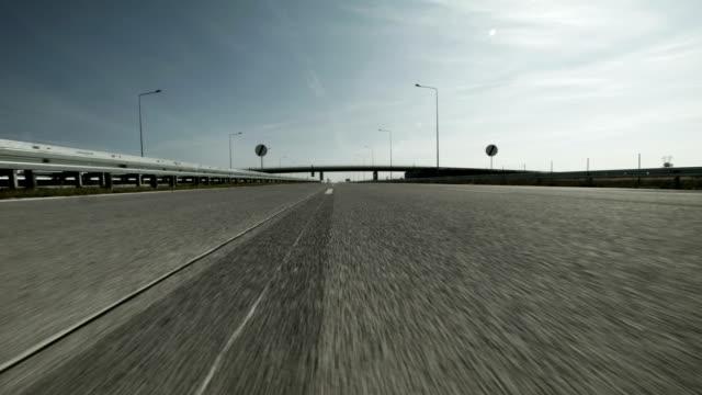 POV auf einer Autobahn fahren. Übergabe der Brücke und Straßenschilder