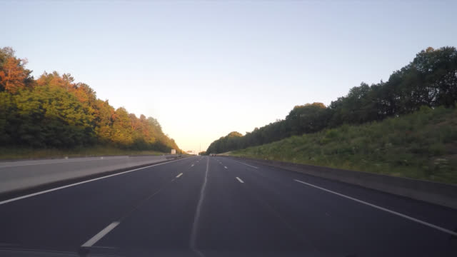vidéos et rushes de pov driving on a highway at the end of the day - panneau