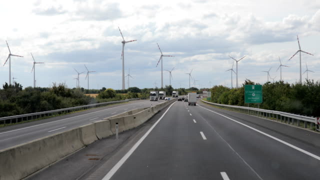 Fahren auf der Autobahn durch die Windmühlen