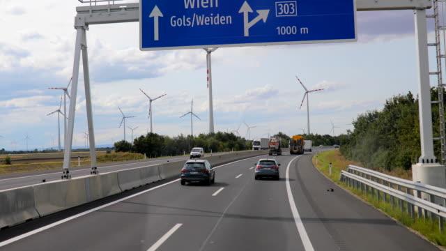 fahren auf der autobahn durch die windmühlen - effektivität stock-videos und b-roll-filmmaterial