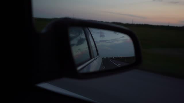 vidéos et rushes de conduire sur une route au coucher du soleil - reflet