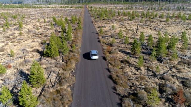 stockvideo's en b-roll-footage met rijden op een lonely desert road - oregon amerikaanse staat