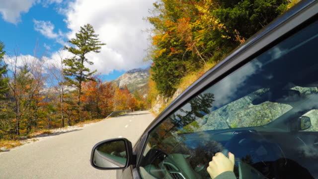 stockvideo's en b-roll-footage met rijden op een bergpas in de herfst - verwonderingsdrang